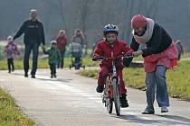 Projížďka. Nevánoční počasí teď využívá nejedno dítě k vyzkoušení vánočního dárku – pokud je tímto dárkem kolo. Tento snímek byl pořízen včera na cyklostezce u Světlé nad Sázavou.