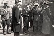 Důstojníci Rudé armády při vyjednávání s nacisty na brodském náměstí v květnu 1945.