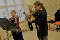 Jednou z osmi nových učeben je i houslová třída Jitky Němcové.