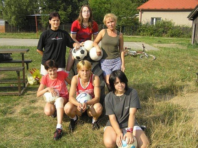 V plné sestavě. Zatím jen sedm keřkovských fotbalistek, které se rozhodly zaútočit na žebříčky soutěží 3. ligy ženského fotbalu.