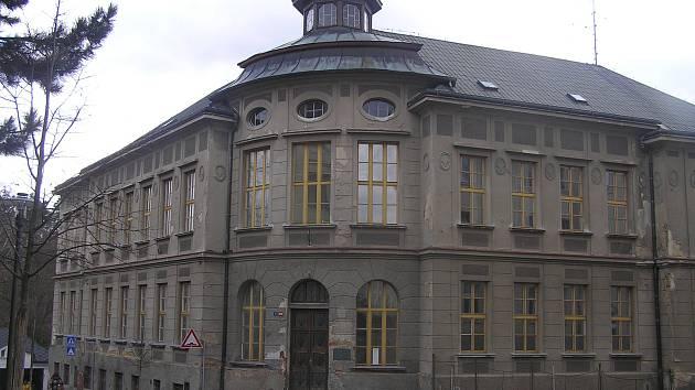Budova bývalé obchodní akademie je zatím prázdná.
