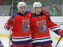 Krásná oslava se povedla Miroslavu Třetinovi (vlevo), který si k šestatřicátým narozeninám nadělil v sobotním zápase proti druhému Táboru čtyři kanadské body.