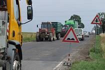 Silničáři už celý opravovaný úsek vyfrézovali. Řidiči musejí počítat s příslušnými omezeními.