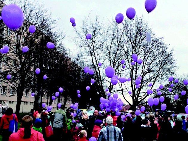 Více než tři sta padesát balónků s přáním Ježíškovi odletělo z tržnice naproti obchodnímu středisku Doubravka v Chotěboři.