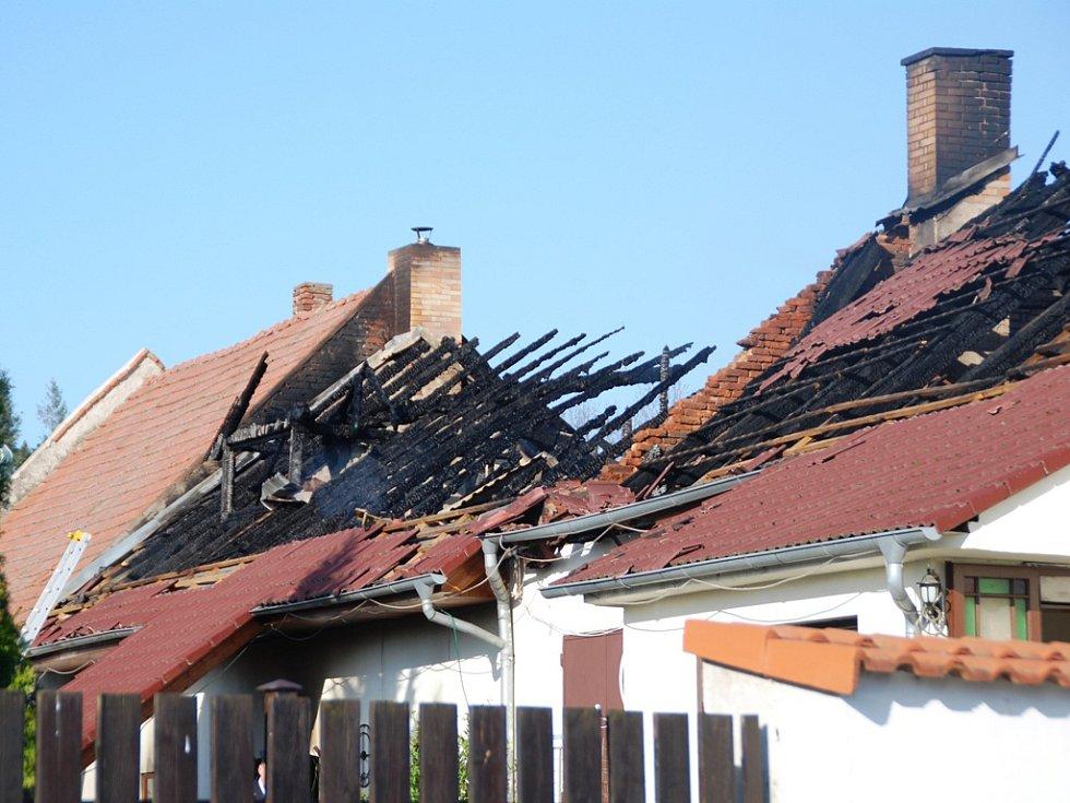 Požár rodinného domu v Úhrově, místní části Kraborovic na Havlíčkobrodsku, za sebou zanechal zpustošenou značnou část rozsáhlého stavení. Příčiny požáru zatím ve čtvrtek nebyly stále zřejmé.