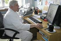Nepodceňovat nemoc. To radí primář Jaroslav Říman při pohledu na snímky mozků postižených CMP.