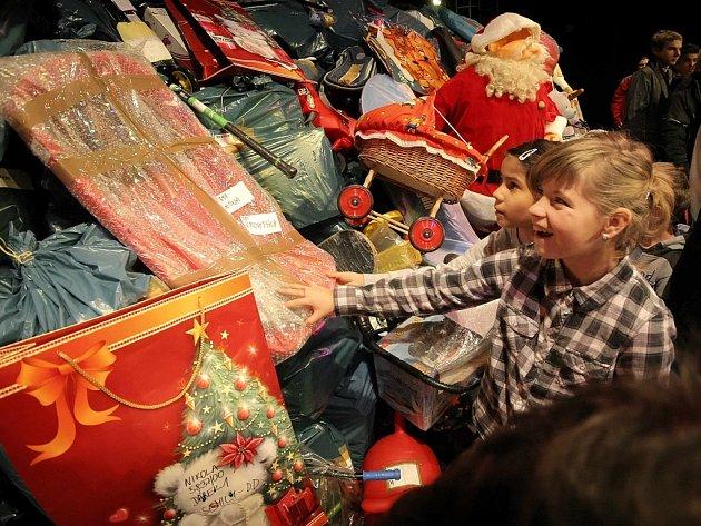 Rozzářené oči. Hračky ze sbírky udělají radost více než devatenácti stovkám dětí.