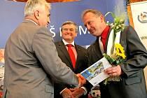 Zaujali komisi. Starosta Vepříkova Petr Bárta (vlevo) přebírá Bílou stuhu za práci s mládeží.
