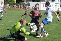 Výkony gólmanů mohou rozhodnout nedělní pohárové utkání v Pohledu, kam přijede Přibyslav. Na snímku zachraňuje pohledský gólman Jan Růžička před přibyslavským Vopršalem.