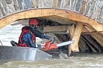 Most v Ronově. Hasiči museli odstranit bednění pod oblouky.