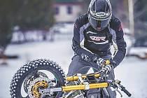 Kaskadér Adam Peschel patří k nejlepším v Evropě. Své umění předvádí i na ledě se speciálně upravenou motorkou.