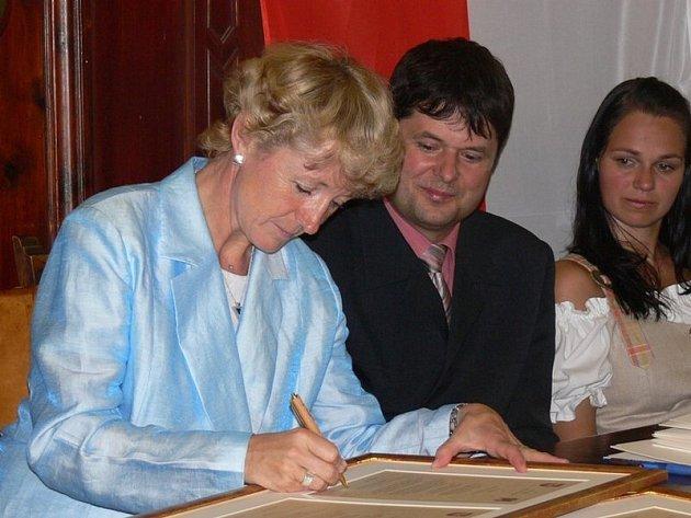 Podpis na dvakrát. Poprvé byla smlouva o partnerství Havlíčkova Brodu a Brixenu podepsána v Itálii v červnu. Nyní ji zástupci obou měst slavnostně stvrdí podpisy i v Čechách.