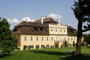 Historie zámku sahá až do 12. století.
