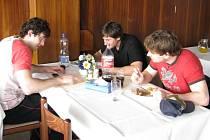 Čeští hokejoví reprezentanti si nedají od hokeje oddych ani při obědě, zřejmě spřádají plány na středečního a čtvrtečního soupeře – Bělorusko.