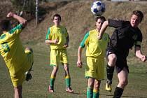 Důstojnou roli chtějí hrát v okresním přeboru fotbalisté Dlouhé Vsi (ve světlém), kteří za poslední dva roky zažili sestup z I. A třídy až právě do okresu. V generálce remizovali s Leštinou.