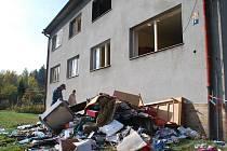 Dva byty byly výbuchem a následným zásahem hasičů poničeny. Nájemníci přišli prakticky o veškeré vybavení a majetek. Zůstalo jim jen to, co měli na sobě.