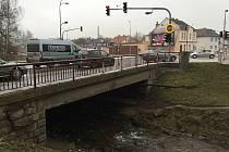 Dojde i na rekonstrukci silničního mostu v těsném sousedství frekventované křižovatky u hotelu Slunce (na snímku). Součástí opravy se stane i výstavba dvou nových odbočovacích pruhů.