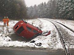Osobní auto zůstalo po střetu ležet na střeše, smrtelně zraněný řidič ležel několik metrů od něj.