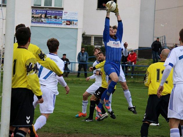V neděli se v Přibyslavi hrálo hodně před brankou domácích. To jasně dokumentuje i momentka ze zápasu.