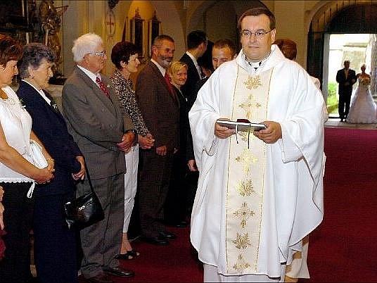Tomáš Rastislav Höger požehnal ve slavnostním bílém taláru novomanželům. Byl to jeho poslední svatební obřad ve vilémovském kostele, od 1. srpna bude jeho domovem fara v Havlíčkově Brodě.