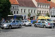 Hned několik vozů státní policie zasahovalo v pátek odpoledne na Karlově náměstí v Třebíči. Státním policistům při zásahu asistovali městští strážníci, a jelikož se v bitce zranili oba muži, nechyběli na místě ani zdravotníci.