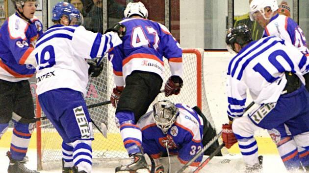 Chotěbořští hokejisté (v modrém) sice vypadli ve čtvrtfinále v nejkratším možném termínu s Moravskou Třebovou, ale rozhodně se nemají za co stydět.