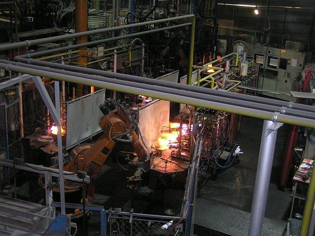 OHEŇ A SKLO. Výrobu ve světelských sklárnách ovládá z velké většiny technika, lidské ruce se skloviny téměř nedotknou