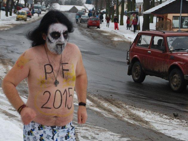 Pavel Urban běží v trenkách přes náves v obci Vilémov na Havlíčkobrodsku.