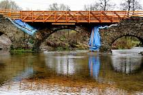 V průběhu podzimu a zimy se na poničeném kamenném mostě v Ronově nad Sázavou už nic dalšího nezmění. V podobě, kterou vidíte na snímku, vyčká most příchodu vlídnějšího jarního počasí, které umožní zahájení jeho komplexní rekonstrukce.