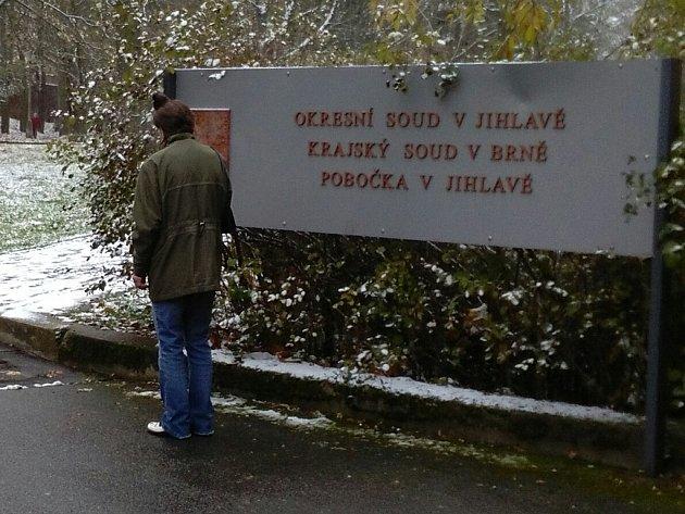 Čtvrtečního líčení u okresního soudu v Jihlavě se Jitka H. zúčastnila. Soudce se držel doporučení lékařů a na svobodu ji nepustil.