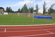 Brod má na atletickém stadionu nádherný trávník. Ale co z toho, většina sportovců se na něj může jen dívat.