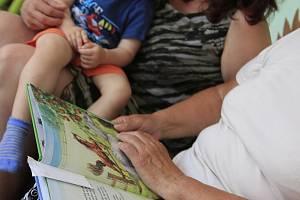 Čtení pohádek s babičkou Aničkou