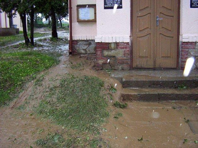Tak vypadalo centrum Oudoleně po víkendových deštích. Záplava bahna se valí vesnicí.