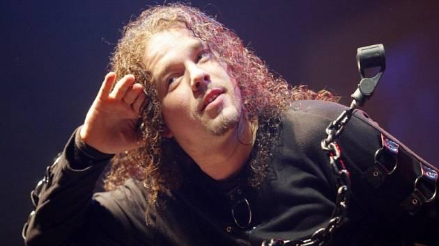 Legendární Arakain v Herálci. Složení Arakainu se za dvacet pět let existence prostřídalo. Při dnešním koncertu v Herálci se mikrofonu chopí zpěvák Jan Toužimský (na snímku).