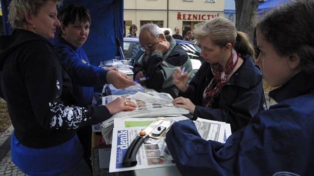 Zájemci z řad příchozích vyplňují kupóny do soutěže Deníku o novou Škodu Fabia.