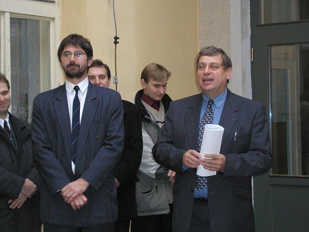 Byli dva kamarádi. Starosta Jan Štefáček (vpravo) a ředitel Ota Benc (vlevo) byli kdysi příslušníky jedné politické strany a údajně si dobře rozuměli. Čas a politika je nakonec postavily na opačnou stranu barikády.