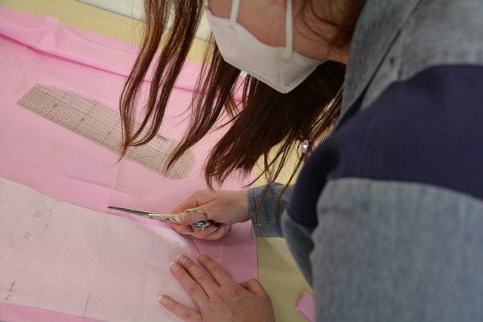 Odsouzené ženy se připravují na závěrečné učňovské zkoušky.
