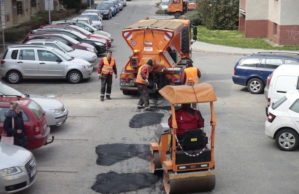 Do menších oprav silnic se pustily i Technické služby Havlíčkův Brod