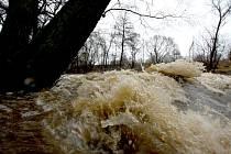 Ani horní tok Sázavy už nestačí udržet ve svém korytě vodu z příliš rychle tajícího sněhu a ledu.