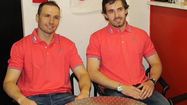 Tahouny jsou v přípravných zápasech brodského BK Miroslav Třetina (vlevo) a Lukáš Endál, oba se zapsali do střeleckých listin v domácím zápase s Kolínem.
