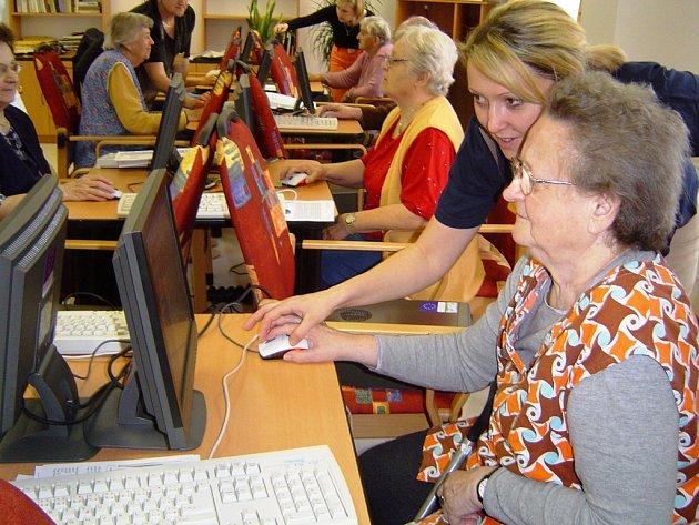 Návštěvníci domovů pro seniory se mohou seznámit se s tím, co zařízení nabízejí.