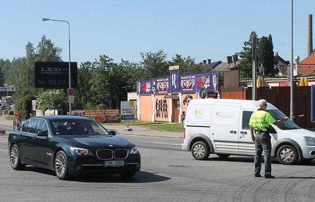 V nejkritičtější dobu řídili dopravu na největší brodské křižovatce policisté.