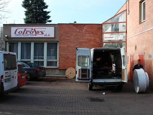 Společnost Coprosys, která instalovala internetovou síť pro Svazek obcí Podoubraví, sídlí v Chrudimi.