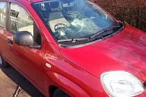 Takto dopadl minulý týden zaparkovaný vůz v havlíčkobrodské Mahenově ulici. Ničení vozů ve městě začala v sobotu 30. ledna. Zatím poslední útok se odehrál v neděli 14. února v Žižkově ulici, kde pachatel rozbil čelní sklo u taxíku.