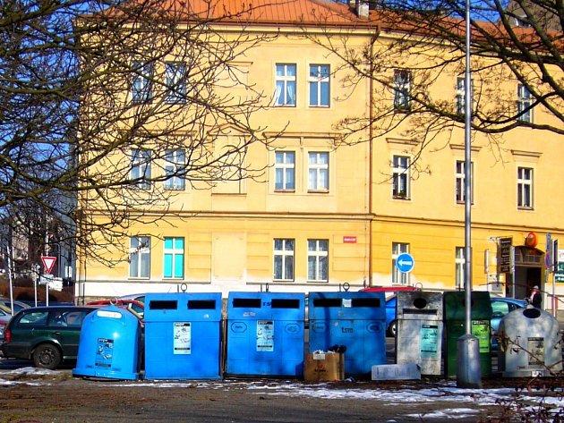 """Současný pohled na """"baterii"""" kontejnerů na papír, plastové láhve či sklo, táhnoucí v přímé linii přes severní část Smetanova náměstí, je bohužel ošklivý."""