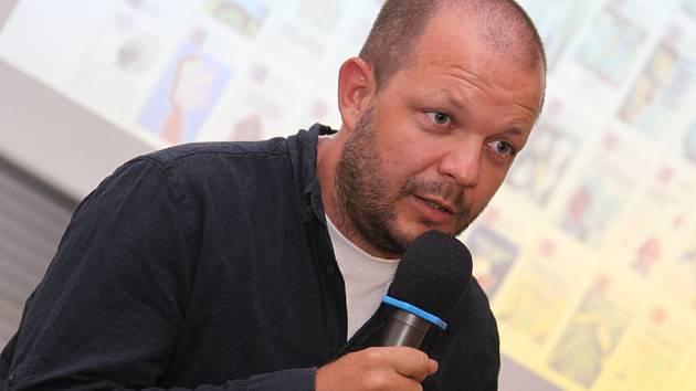 Matúš Kostolný navštívil letošní ročník Letní žurnalistické školy a lidem přednášel o tom, jak založit noviny v roce 2015.