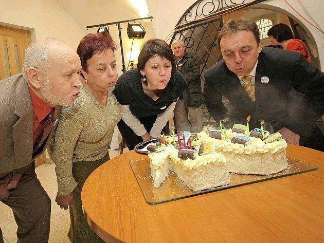 Krajská knihovna v Havlíčkově si ve středu svíčkami a dortem připomněla, že to je již deset let, co obrazně řečeno pluje pod krajskou vlajkou.