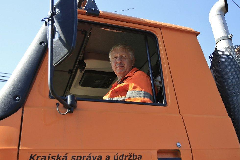 Ladislav Rasocha při jarním úklidu silnic.