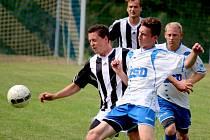 Čtyři trefy zaznamenali fotbalisté Ledče (v pruhovaném) ve druhém poločase proti rezervě Pelhřimova.  Domácí si připsali zasloužené tři body.
