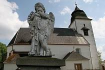 Páter Toufar má památník přímo u kostela. Kříž, který ve své době způsobil tolik bolesti, se prý podle očitých svědků hýbe nadále.